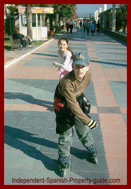 kids_skating_promenade_december_spain